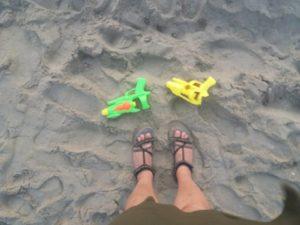 """""""Arme"""" abandonate pe plajă"""