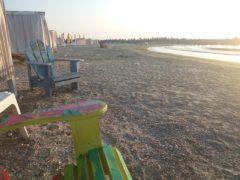 Răsărit la mare cu deşeuri în zare