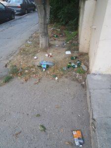 Deşeuri pe un trotuar la o stradă principală în Constanţa